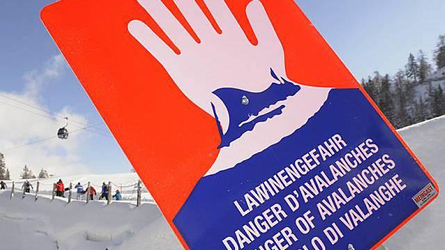 Schild warnt vor Lawinengefahr (Archiv)