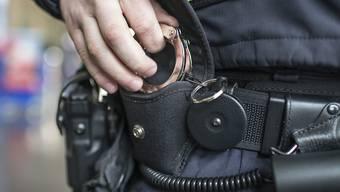 Am Dienstag konnten im Kanton Bern drei junge Schweizer im Alter von 17, 18 und 19 Jahren festgenommen werden. (Symbolbild)