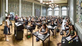 Lehrabschlussprüfung an der Handelsschule in Aarau