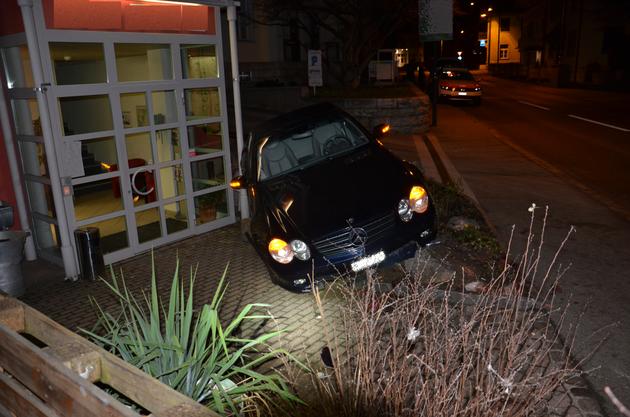 Der Autofahrer blieb unverletzt.