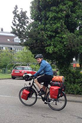 Matthias Wittwer mit Gepäck am Start