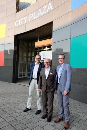 Der Dietiker alt Stadtpräsident Otto Müller (FDP), IG-Silbern-Präsident Urs Jenny und der neue Stadtpräsident Roger Bachmann (SVP) vor dem City-Plaza-Gebäude.