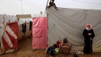 Syrische Flüchtlinge schälen Kartoffeln (Symbolbild)
