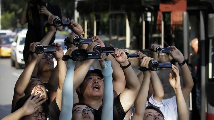Sie haben die Limousine, die vermutlich Nordkoreas Machthaber Kim Jon Un in Peking transportiert, mit ihren Kameras erfasst.