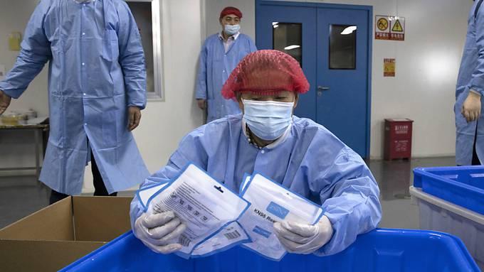 Eine Mitarbeiterin im Gesundheitswesen in China. (Archivbild)