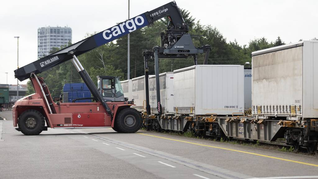 Noch immer fahren zu viele Lastwagen durch die Alpen. Mit einem neuen Massnahmenpaket soll das Verlagerungsziel der Alpeninitiative erreicht werden.