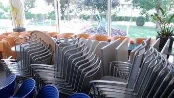 Der Wintergarten des «Höfli» lädt momentan nicht zum Verweilen ein: Wo man früher Kaffee trank, stapeln sich Stühle. Fotos: walter schwager