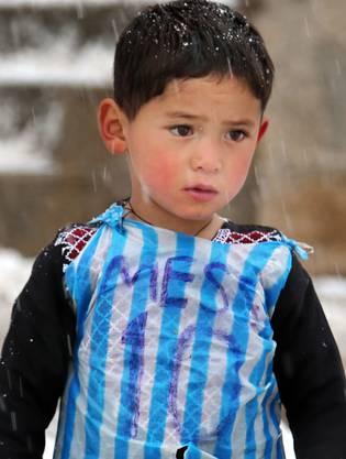 Diese Bild ging um die Welt: Murtaza Ahmady mit seinem selbstgebastelten Messi-Shirt.