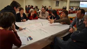 Geleitet von Vertretern des BSB-Planungsbüros (links sitzend Monika Kuster) diskutierten und notierten die Gunzgerinnen und Gunzger Lob (Grün), Kritik (Rot) und Zukunftswünsche (Schwarz) für die Gemeinde.