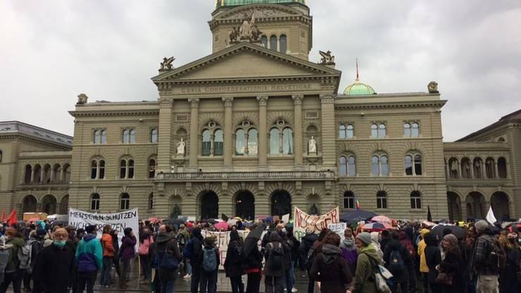 Am Samstag Nachmittag forderten Demonstrantinnen und Demonstranten vor dem Bundeshaus die Evakuierung des Flüchtlingslagers Moria.