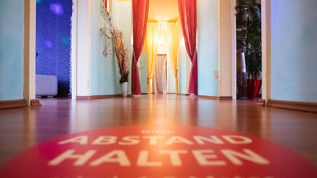 Auf dem Gang des Bordells «Lauras Girls» in Karlsruhe ist ein Aufkleber mit der Aufschrift «Abstand halten, mind. 1,5 Meter» angebracht. Mit einem «Tag der offenen Tür» setzen sich mehrere Bordelle für ihre Wiedereröffnung in der Corona-Krise ein. Foto: Tom Weller/dpa