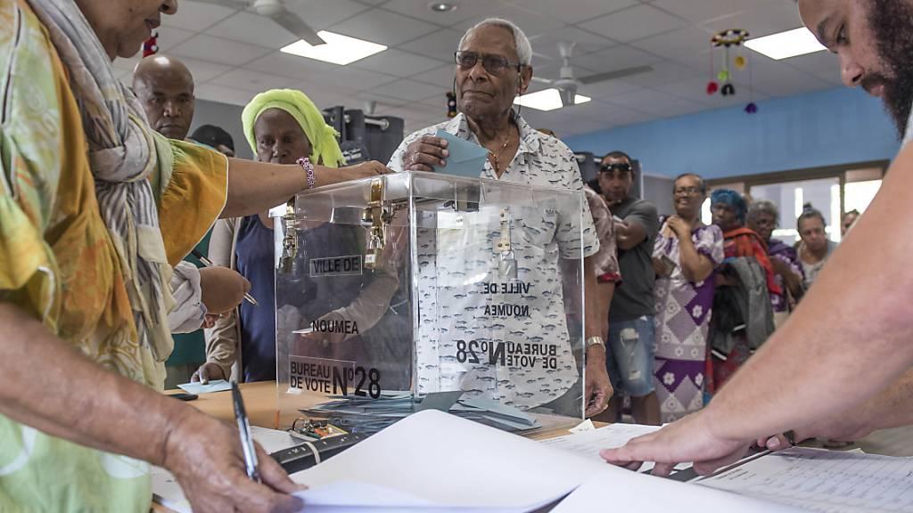 Ein Mann gibt während eines Referendums seine Stimme ab. Das französische Überseegebiet Neukaledonien stimmt am Sonntag zum zweiten Mal nach 2018 über seine Unabhängigkeit ab. Foto: Mathurin Derel/AP/dpa