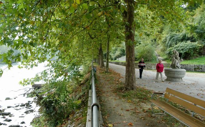 Baden hat zwar keinen See, dafür eine überaus einladende Flusspromenade an der Limmat unten. Schon der Weg vom Zentrum hinunter ist einen Besuch wert. Entweder man wählt den Weg durch die Halde/Kronengasse oder die abenteuerliche Variante mit dem Promenadenlift. Als Belohnung winkt das Thermal-Fussbad beim Hotel Limmathof.