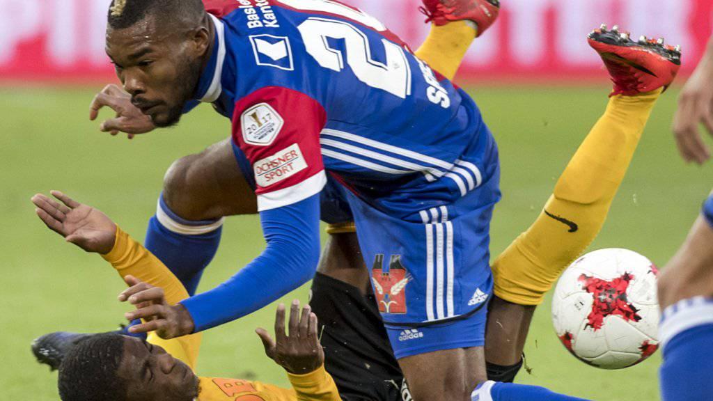 Ivorer im Spitzenspiel der Super League unter sich: YB-Stürmer Roger Assalé im Duell mit dem Basler Torschützen Geoffroy Serey Die