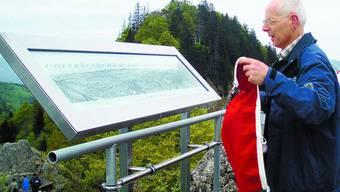 Feierlicher Moment: Niklaus Röthlin, Präsident des SAC Olten, enthüllt die eine von zwei Panoramatafeln.