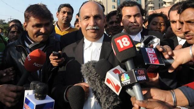Der Anwalt eines Angeklagten spricht zu den Medien in Indien (Archiv)