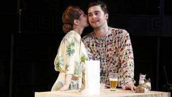 """Marie Bonnet (l) und Miro Maurer (r) spielen unter der Regie von Heike M. Goetze in """"Biedermann und die Brandstifter"""" von Max Frisch. Premiere war am 25. November 2017 am Theater Neumarkt in Zürich."""