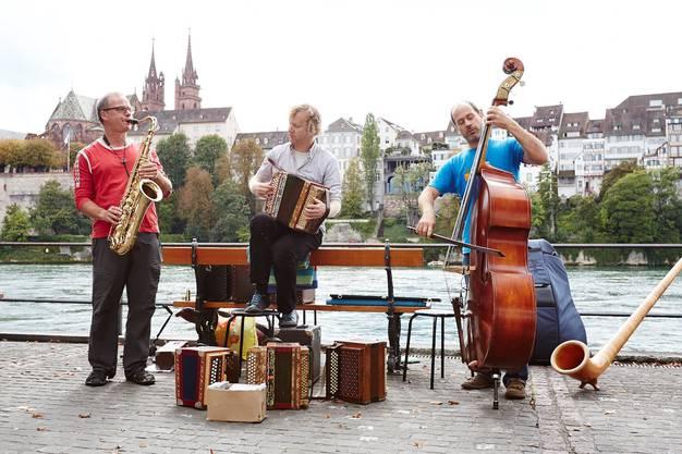 Ein kleines Konzert am Rheinufer.