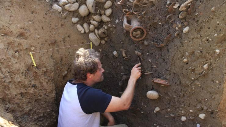Nur wenige Handbreit unter dem Asphalt stiessen die Archäologen auf den Fund.