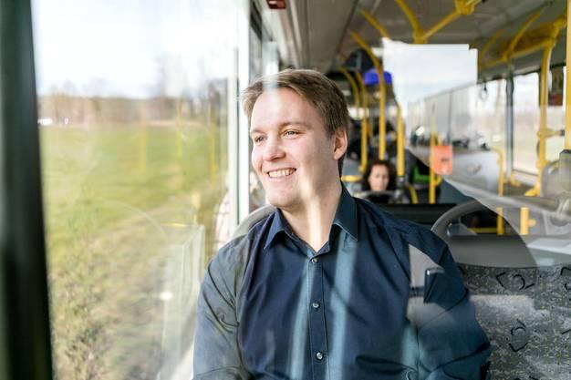 Heute arbeitet Tis Meyer als Pilot. Vor seiner Ausbildung erkundete er im Postauto die Schweiz.