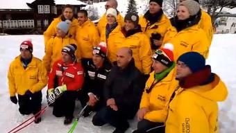 Bundesrat Alain Berset posiert für einen Schnappschuss mit der Schweizer Ski-Truppe.