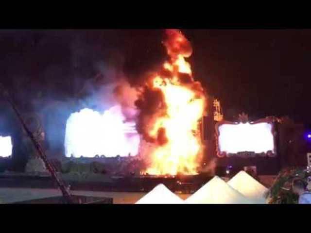 Dieses Handyvideo eines Festivalbesuchers zeigen die Flammen auf der Hauptbühne.