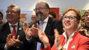 Die Ständeräte Filippo Lombardi (CVP) und Joachim Eder (FDP) sowie die Nationalrätin Edith Graf-Litscher (SP), von links, freuen sich über das Abstimmungsergebnis. Die deutschsprachigen Medien haben den Volksentscheid hautnah verfolgt.