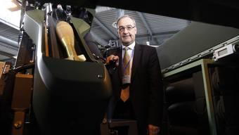 Hier prüft der Chef noch selbst: Verteidigungsminister Guy Parmelin inspiziert in Frauenfeld neues Armeematerial.
