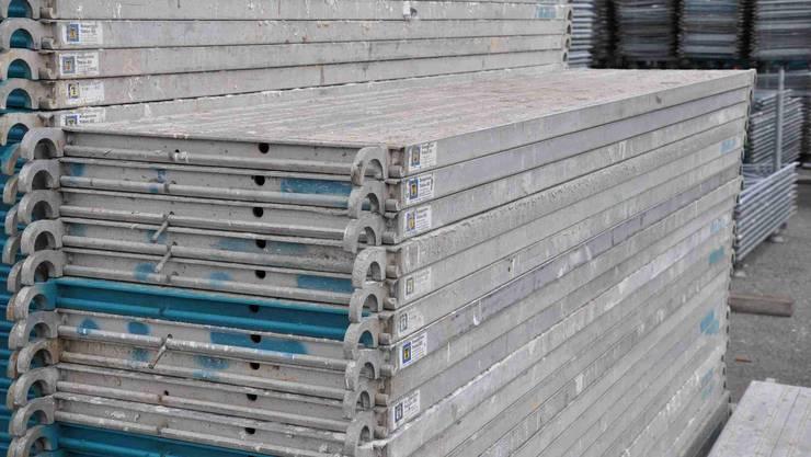 Mehr als 100 Aluminium-Gerüstbeläge wurden entwendet.
