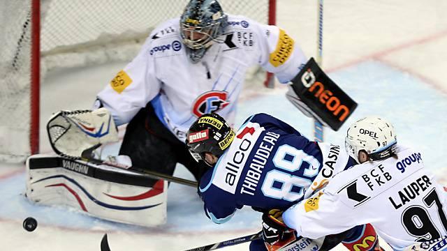 Laker Nicolas Thibaudeau wird beim Schuss mit Erfolg gestört.