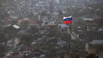 Eine russische Flagge weht über Bachtschyssaraj im Süden der Krim