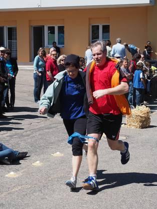 Rennen mit zuammengebundenen Beinen - auch das gab es beim Oberhöfler Eierlesen 2016 zu sehen
