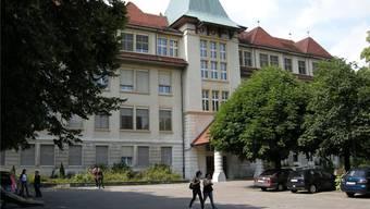 Schüler vor dem Schulhaus Zentrum. (Archiv)