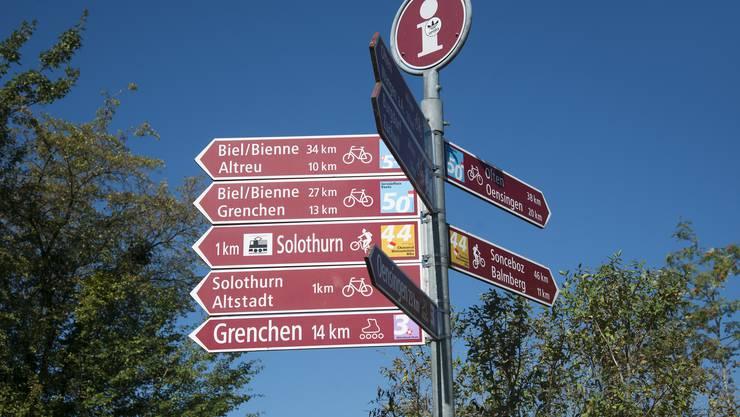 Die Velowege sind mit diesen roten Wegweisern angeschrieben. Die blaue Nummer ist jeweils die Route auf der Karte von Veloland Schweiz.