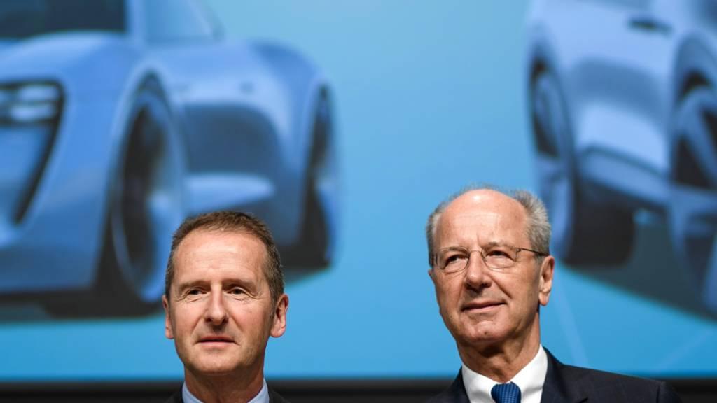 Volkswagen CEO Herbert Diess (links) und Aufsichtsratsvorsitzender Hans Dieter Poetsch können sich freuen: Das Landgericht Braunschweig stellt ein Verfahren um Marktmanipulation im Dieselsskandal gegen eine Millionenzahlung ein. (Archivbild)