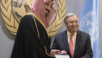 Fast eine Milliarde Dollar an humanitärer Hilfe überreicht vom saudiarabischen Kronprinzen Mohammed bin Salman (links) an Uno-Generalsekretär Antonio Guterres reichen nicht aus - der Konflikt müsse politisch gelöst werden.