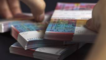 Jeder fünfte Schweizer lebt mit Schulden. (Symbolbild)