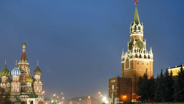 Blick auf die Basilius-Kathedrale (l.) und den Spasskaya-Turm, den Hauptturm der östlichen Mauer des Kremls, in Moskau. In Russland wird die Ernüchterung über Trumps Politik grösser und grösser. (Archiv)