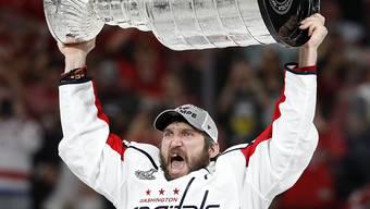 Alex Ovechkin hält stolz den Stanley Cup in die Höhe