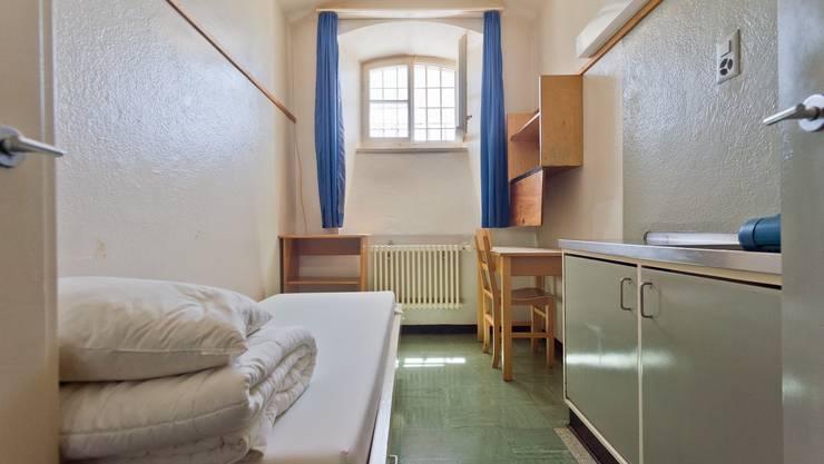 Eine Zelle im Fünfstern-Altbau der Justizvollzugsanstalt Lenzburg. Die Fenster müssen beim Umbau auf 90 mal 132 Zentimeter vergrössert werden, für bessere Sicht und Luft.
