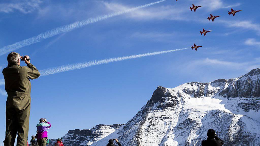 Das traditionelle Fliegerschiessen auf der Axalp hat am Mittwoch zahlreiche Zuschauer angelockt. Die aussichtsreichsten Plätze auf die Flugdemonstrationen mussten in ein- bis zweistündigem Fussmarsch erwandert werden.
