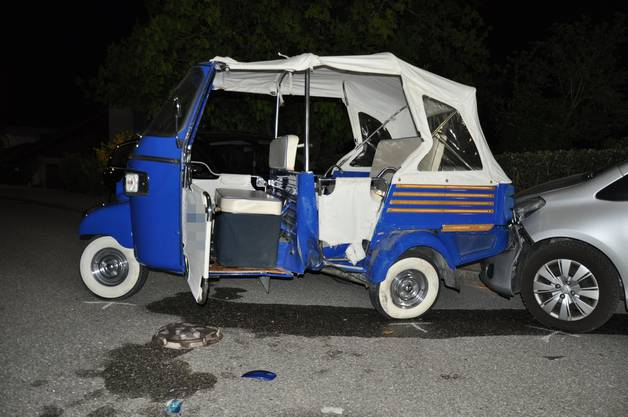 Bettlach SO, 19. April: Bei einer Kollision zwischen einem Auto und einem dreirädrigen Fahrzeug wurden zwei Personen verletzt. Das dreirädrige Fahrzeug schleuderte es durch die Kollision gegen zwei weitere parkierte Autos. Insgesamt wurden somit vier Fahrzeuge beschädigt.
