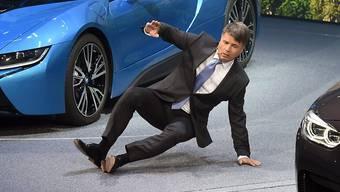 Erst wird seine Stimme brüchig, dann bricht BMW-Chef Harald Krüger zusammen.