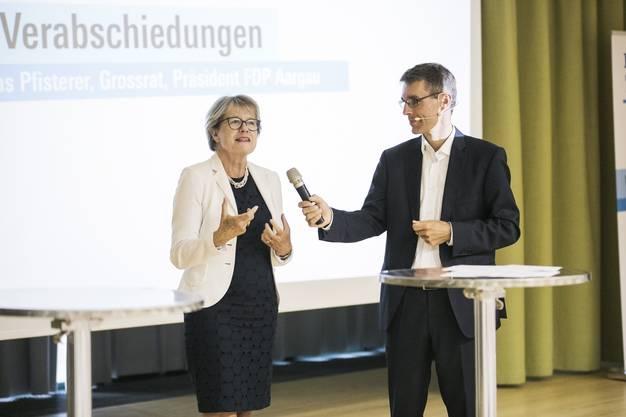 Die frühere Nationalrätin Corina Eichenberger bei ihrer Verabschiedung zusammen  mit Parteipräsident Lukas Pfisterer.