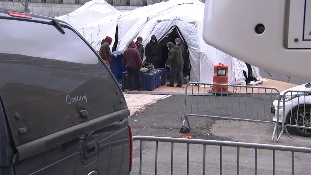 New York City stellt Leichenhalle in Manhattan auf