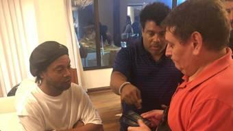 Der ehemalige brasilianische Fussball-Star Ronaldinho (links) ist wegen mutmasslich gefälschter Pässe von der Staatsanwaltschaft befragt worden.