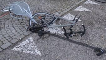 Das Velo wurde schwer beschädigt, sein Lenker mit schweren Verletzungen ins Spital gebracht.
