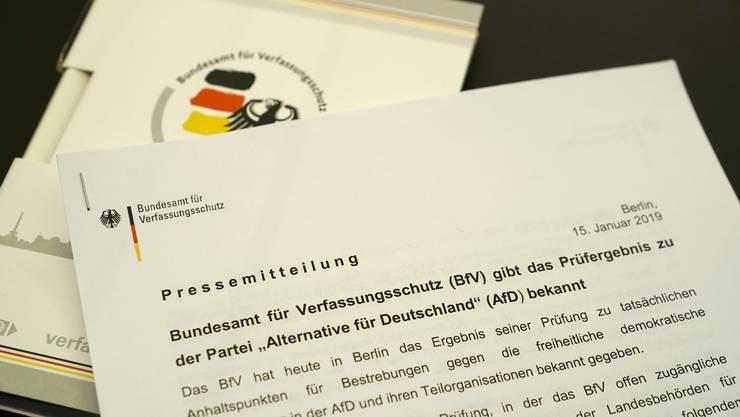 Das Agieren der AfD wird vom Verfassungsschutz weiter durch Studium von offiziellen Dokumenten und öffentlichen Reden von AfD-Exponenten beobachtet.