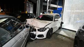 Der 18-jährige Lenker verlor die Kontrolle über sein Fahrzeug und knallte in zwei parkierte Ausstellungsfahrzeuge einer Autogarage.