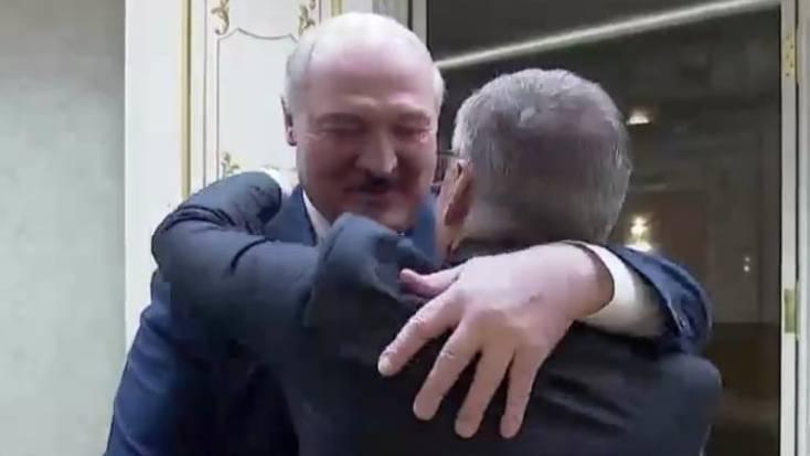 René Fasel begrüsst Alexander Lukaschenko mit einer Umarmung.